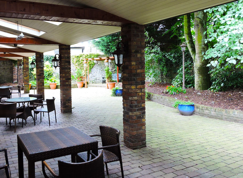 The Castle Arms Hotel - Outdoor / Bar - BQ Area
